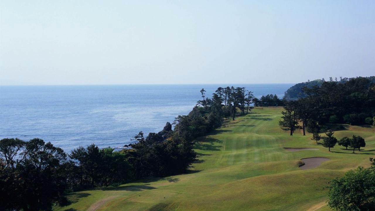 画像: 有名な川奈ホテル富士コースの15番パー5。ティアップすべきは「左側」だ。理由は本文参照