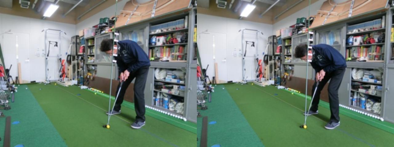 画像: 目とボールの距離を研究する濱部教授。左が目とボールの距離100センチ、右が90センチの構え