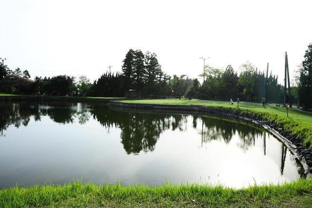 画像: 9番ホール・パー3(120ヤード)ティグラウンドの目の前にある池を越えた先にグリーンがある。少しでもミスをしたらパーセーブは難しい