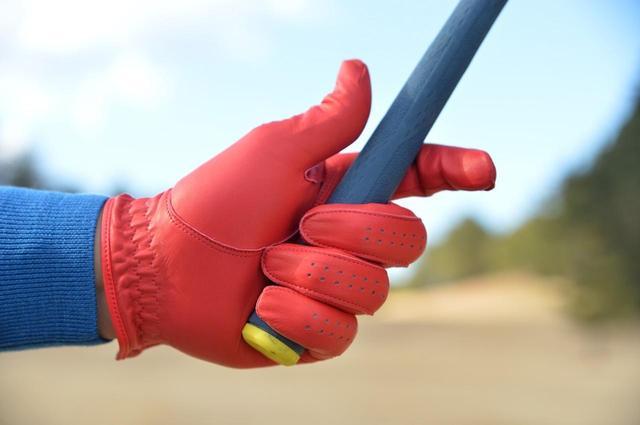 画像: 手首の角度をキープすることで体とクラブの動きが同調する。手首の角度をキープさせるには左手の指3本を強めに握る