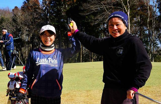 画像: 14番でバーディを決めハイタッチ、メダリストを獲得した菅原祐喜、及川昌子ペア
