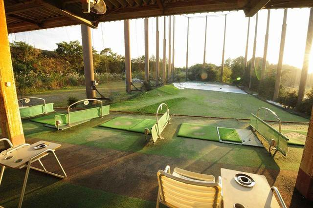 画像: 天然芝から打てる練習場を完備