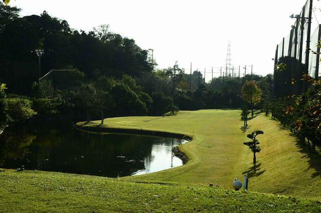 画像: やや打ち下ろしで左サイドには池が広がる景観の美しいホール(2番ホール 153ヤード)