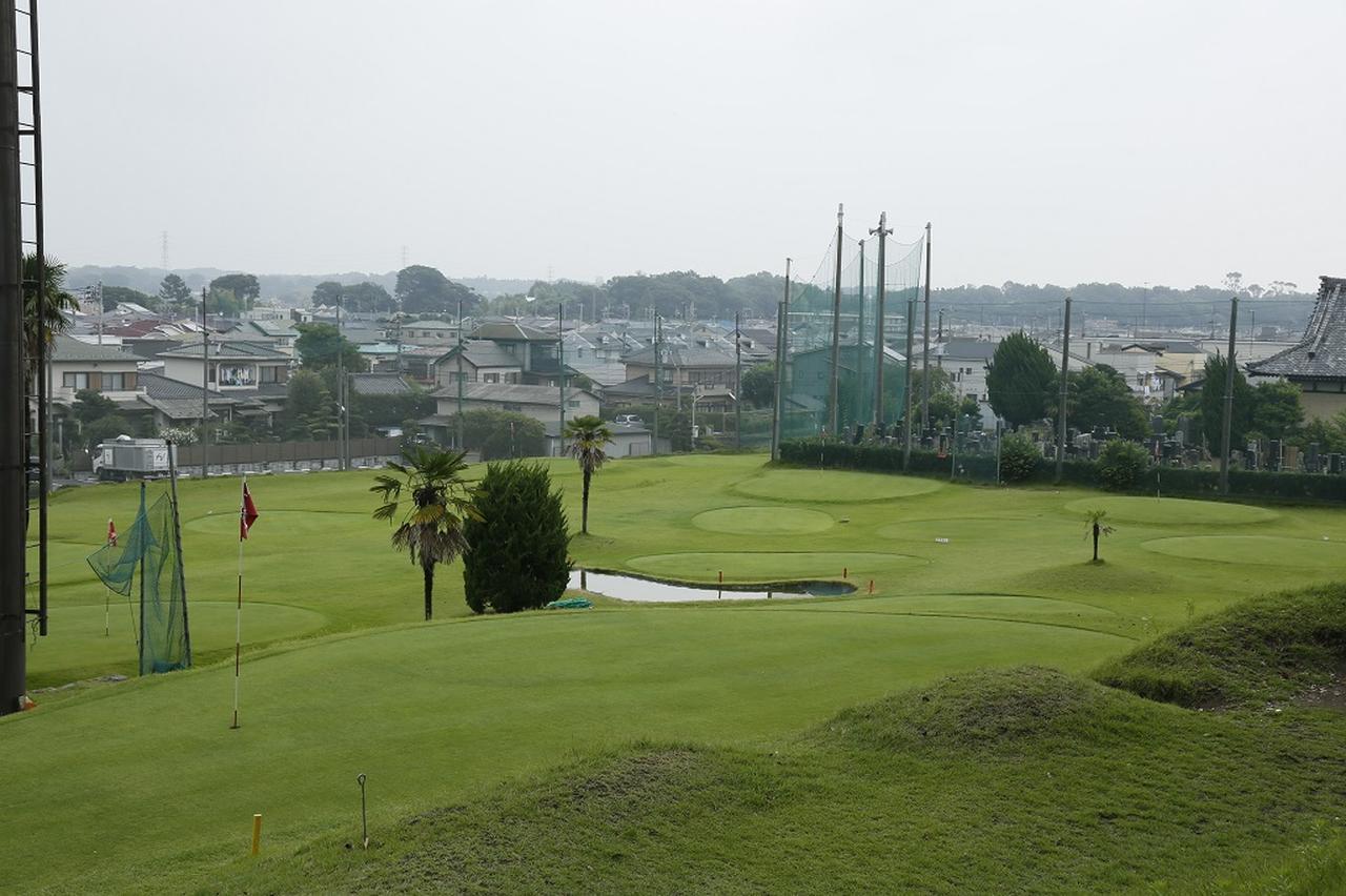画像: コースは住宅街のど真ん中に位置する