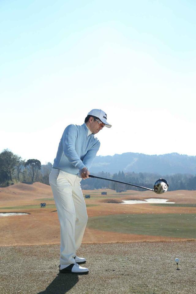 画像: テークバックはフェースがボールをずっと睨むかのように、フェースの開閉をせず、シャットに上げる