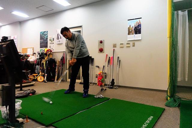 画像: 似た名前のアイアン4種類の7番とPWの2本を、菅谷拓プロが試打浅草にあるインドアスタジオ「飛距離ドットデル」でスカイトラックを使って計測。3球打った平均を比較した