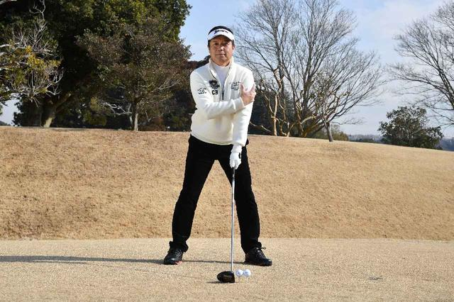 画像: ボール位置の幅が左わきから左腕外側の間、ボール約2個分だ