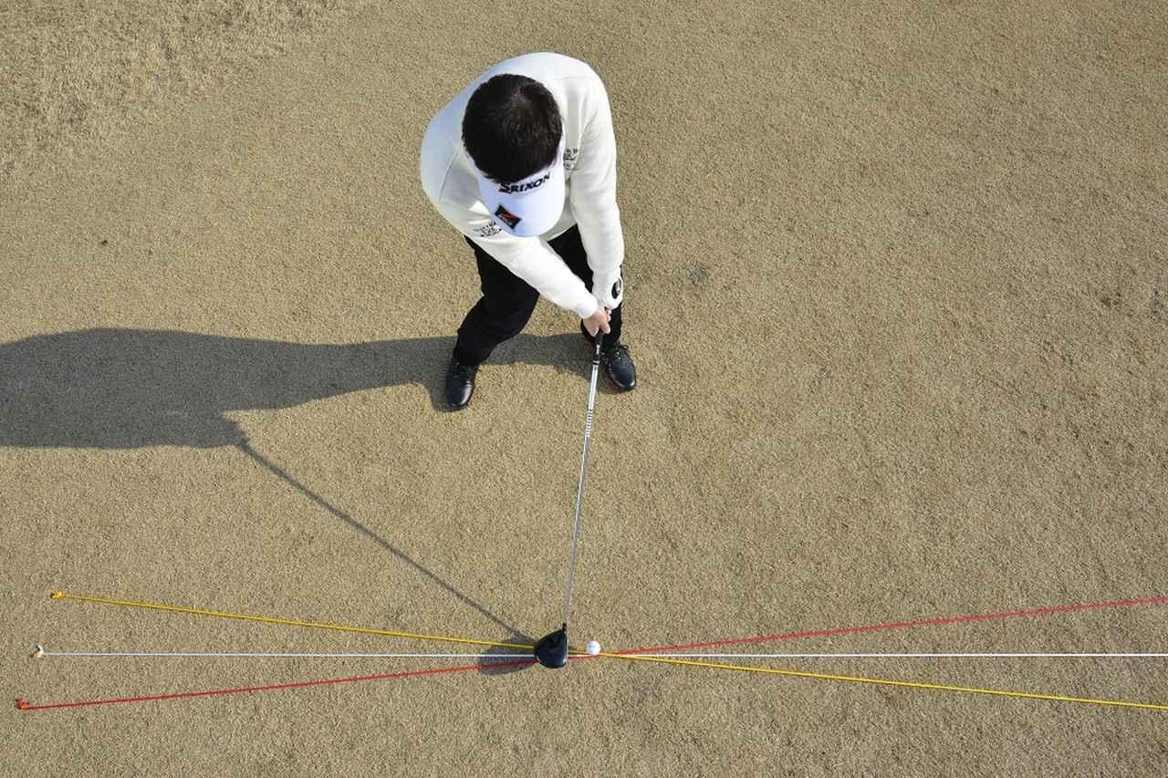 画像: 黄色線がドローのヘッド軌道、赤がフェードのヘッド軌道。ドローは右寄り、フェードは左寄りのボール位置がいい