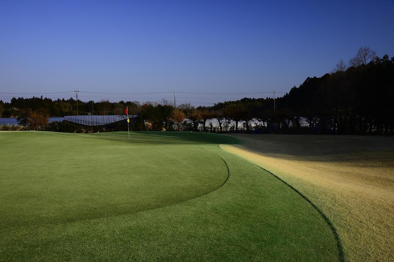 画像: グリーンの芝も本コースとなんら変わりないほど手入れが行き届いている