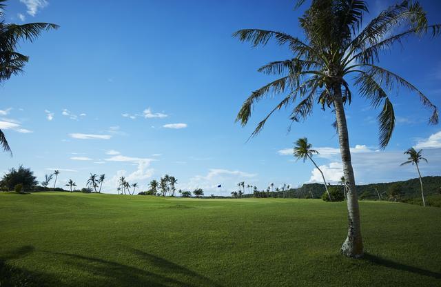 画像: 広い空とみずみずしいグリーンを感じながらプレーするのは、南の島のゴルフの醍醐味だ