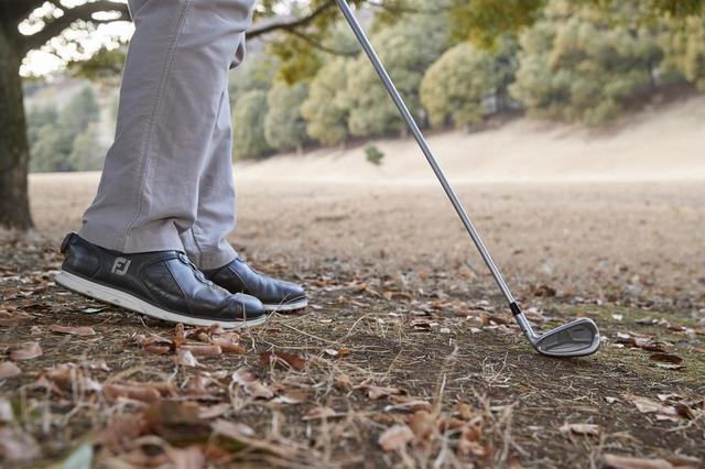 画像: 右足のかかとをほんの少し浮かせたまま打とう