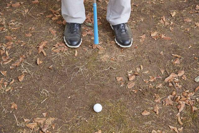 画像: 両つま先とボールで二等辺三角形ができるように立とう