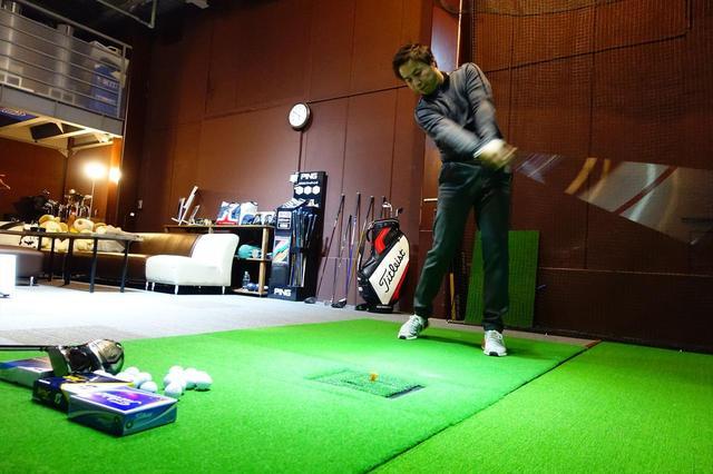 画像: テスターは東京・新小岩にあるPGST(パフォーマンス・ゴルフ・スタジオ)の堀口宜篤プロ。計測器フライトスコープを使って弾道データを取りつつ、フィーリングも加味して解説してもらった