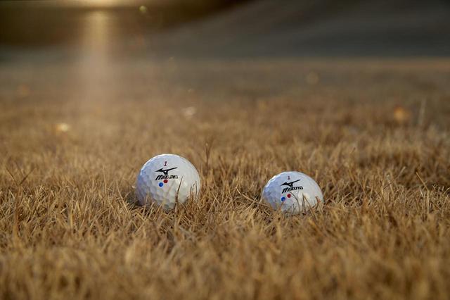 画像: (写真1)左がボールが「浮いている」状況、右がボールが「沈んでいる」状況