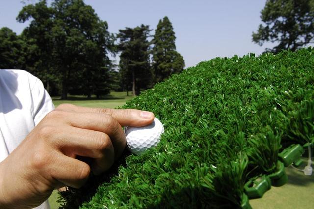 画像: ロフトを少し多めにすることで、芝からボールを打ち出せる