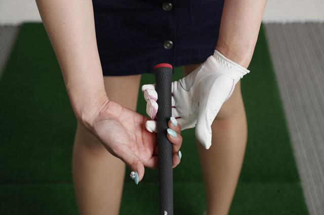 画像: 指でクラブを握ることで、前腕や腹筋のエネルギーを使うことができ、インパクトの衝撃にも負けないという
