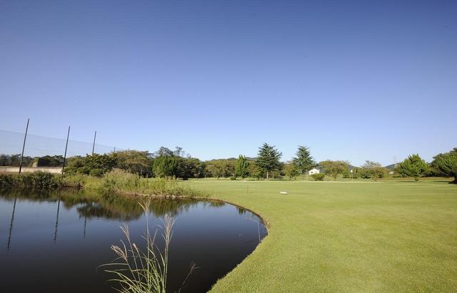 画像: 6番ホール140ヤード 大きな池が行く手を阻む。グリーン右から攻めていくのがカギ