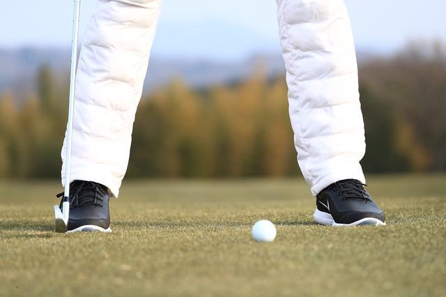 画像: 足で地面に圧力をかけることで重心が下がって体の内側に力を入れやすくなる。下半身は止めるわけではなく、適度に動けるように柔軟にしておくこと