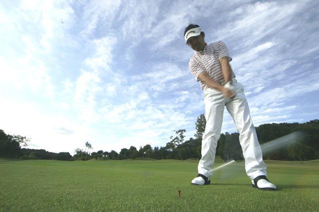 画像: 歩くように打つためには中心を感じなければならない。それが増田プロが提唱する「中心感覚打法」