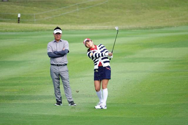 画像: 後方で見守るのは2012年以来の再タッグを組むことになったコーチのアーロン・キムさん