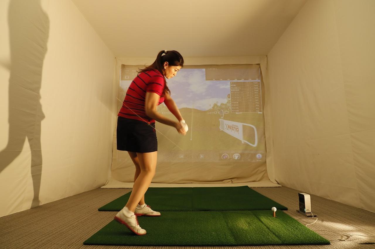 画像: ダウンスウィングのときに右足裏の母指球で地面をグッと踏み込むと飛ばすための筋肉を効率よく使うことができる