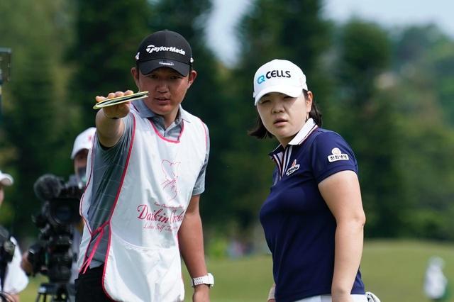 画像: キャディの中川さん(左)がミニョンの優勝をサポートした