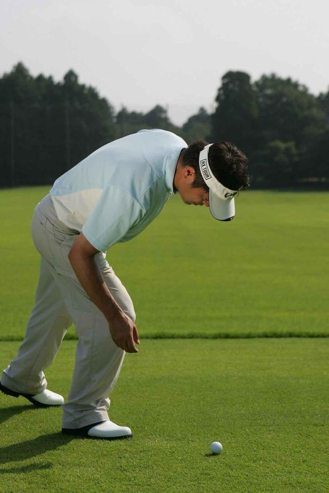 画像: ボールを拾ったり、ティペッグにセットする。ティペッグを地面に刺したり拾う......。人間はつねに頭から始動している