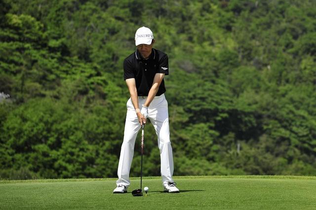画像: 右手が左手よりも下にあるので、左肩が開かないようにボールを右寄りにセットする(写真/有原裕晶)