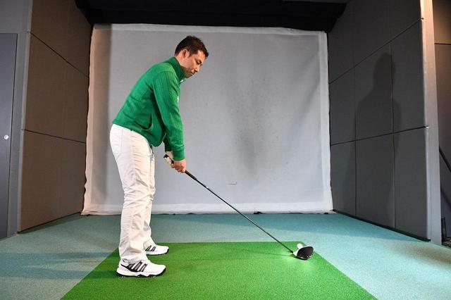 画像: 背が高い人に比べて、腰の位置と地面が近くにあるので、重心を低く保ちやすい。低くできることで、どっしりと安定したアドレスを作ることができる