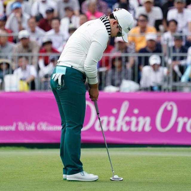 画像: ボールに近く立ち、手首を伸ばしてパットするシン・ジエ