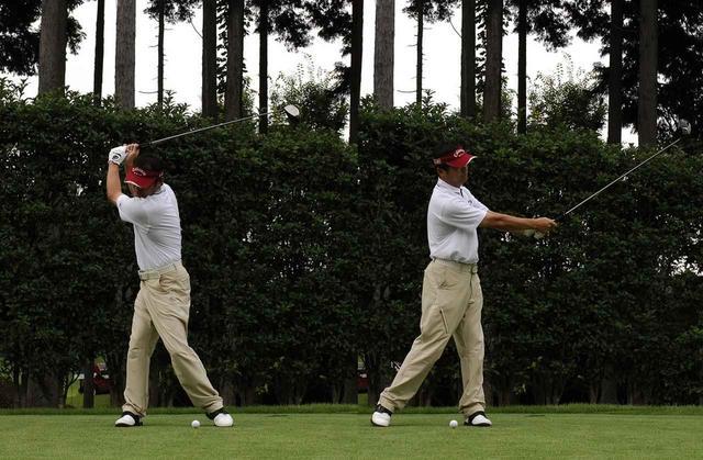 画像: バックスウィングとフォロー時の頭の位置を比べると、大きく動いていることがわかる