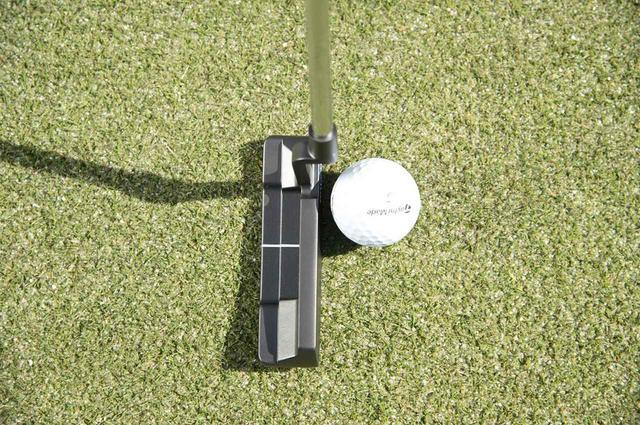 画像: ボールをヒール寄りにセットし、通常のストロークを心がけよう。シャフトの延長線上のヒール寄りでヒットすることで、フェースが開きにくい効果がある