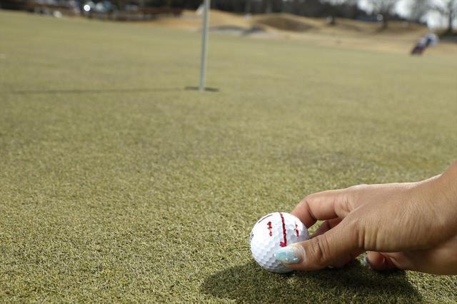 画像: 短い真っすぐなラインを見つけて、ボールの線をターゲットに合わせて練習しよう