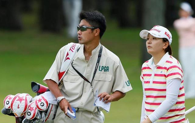 画像: 佐藤大輔さんは4年弱、茂木宏美プロのキャディを務めていた