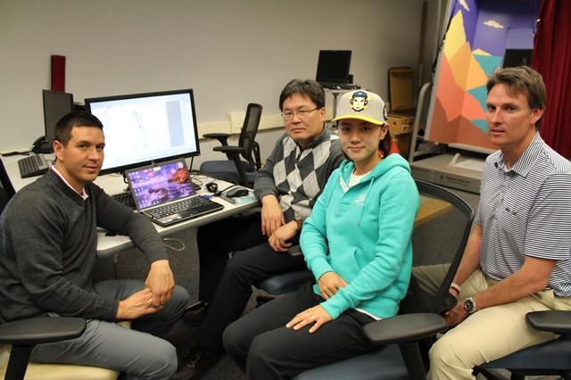 画像: クリス・コモ(左)とヤン・フー・クォン教授(中央)。多くのスウィング知識と生体力学などのスウィング以外の知見が、今のタイガーのスウィングにつながっている
