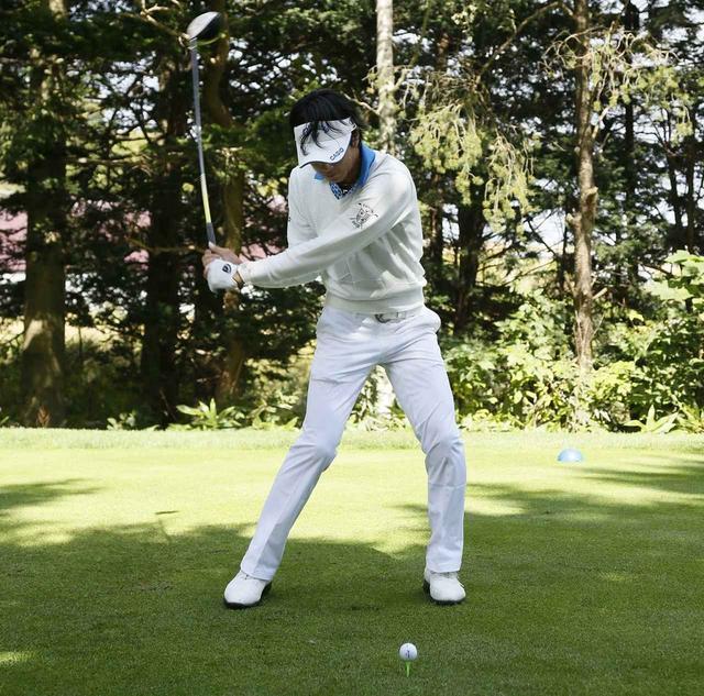 画像: 石川選手はダウンスウィングの際、左ひじを曲げてゆとりを生んでいる