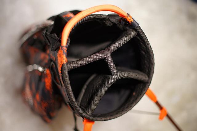 画像: 口枠は4分割とシンプルながら、バッグ底までしっかりと布でセパレートされているので、バッグ内でグリップが絡まらず、取り出しやすい