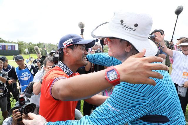 画像: 師匠でもある父・優と抱き合う宮里優作(写真:2017年日本プロゴルフ選手権)