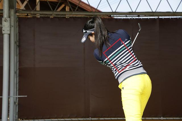 画像: 「背中側の面」を意識したほうがスムーズに回転できる人は、背中を目標方向に向けるように体を回すイメージ