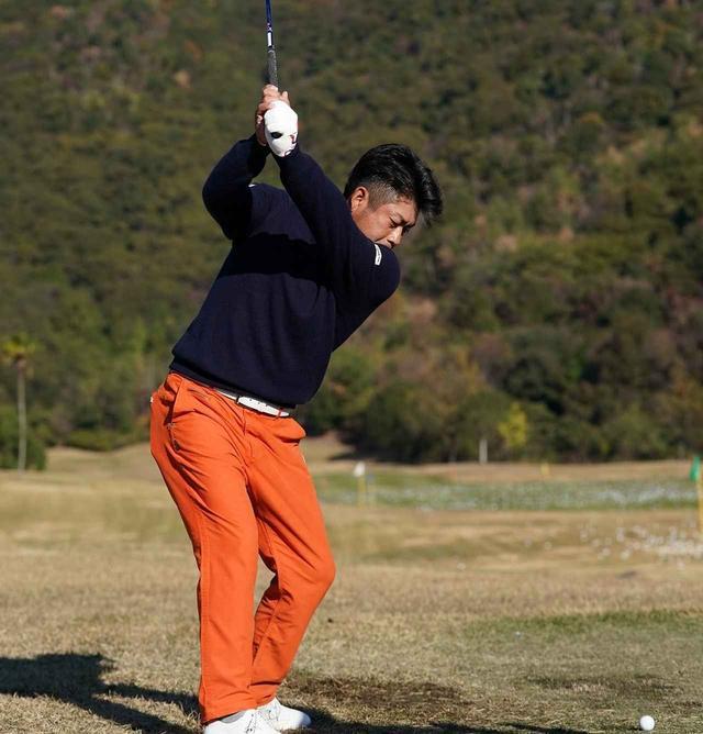 画像: 池田選手はバックスウィングの際、右わきを開けている