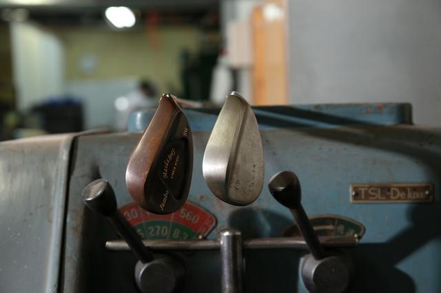 画像: トウとヒールまでしっかりとバウンスが効く「M425」(左)は、発売3年目のベストセラーモデル。フェースを開かないなら、ソールに大きな削りのないスタンダードなウェッジを選ぶべき。