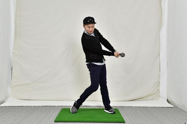 画像: 飛んでくるボールを打ち返す野球のバッティングは、インパクトの位置が体よりも前になる