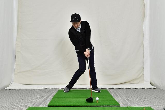 画像: 野球が体の前なのに対して、ゴルフは体の正面がインパクトの位置
