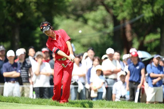画像: 今をさかのぼること9年。石川遼は右手前のラフからチップインイーグルを決めた(写真:ミズノオープンよみうりクラシック2009)