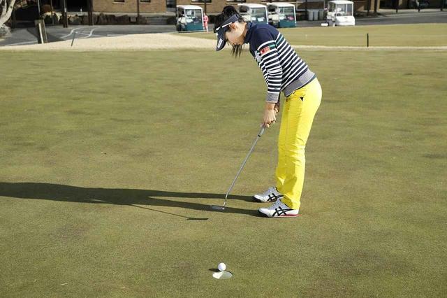 画像: ショートパットはできるだけ真っすぐの、できれば上りのラインで練習しよう