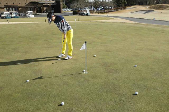 画像: カップを中心にボールを6~8個ほど円周状に並べて、順番に打っていくことで、全部のラインを練習できる