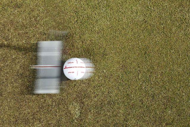 画像: ショートパットで大事なのは、ボールの30センチ先の狙った地点をしっかり通過させること