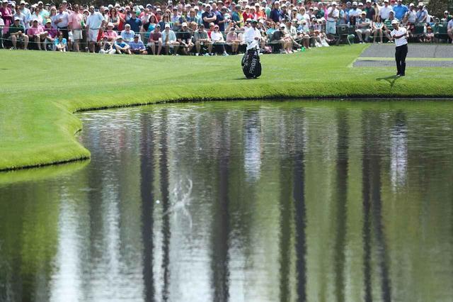 画像: パトロンが見守る大ギャラリーのなか、16番のグリーン前の池で練習日恒例の水切りショットを披露する小平。「今日一番の緊張するショットでした(笑)」