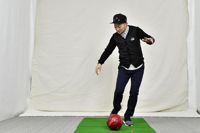 画像: サッカーでいう軸足がゴルフでは手元、蹴り足がヘッドに相当すると浦