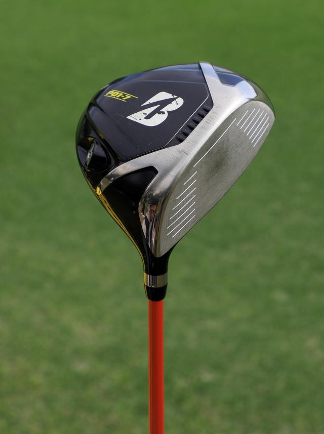 画像: 市販モデルにやや手を加えて彼女仕様になっているが、基本的な性能は同じ。球はつかまりやすく、球質が重いのが特徴。ドライバー「ブリヂストンゴルフ ツアーB JGRプロト」(9.5度)